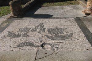 Ostiasta esiin kaivettu lattiamosaiikki, jonka aiheena on Portuksen edustalle rakennettu majakka sekä pienet purret, joilla vietiin tavaraa Roomaan Tiber-jokea pitkin.